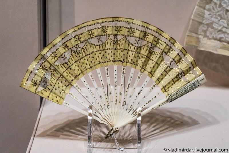 Веер с экраном вышитым блестками. Франция. 1900-е годы.