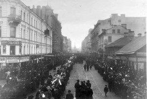 Демонстрация в связи с проводами гроба с телом князя С.Н.Трубецкого проходит по 7-й Рождественской улице.