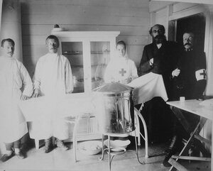Медицинский персонал в операционной баржи-лазарета имени Его императорского высочества наследника цесаревича Алексея Николаевича