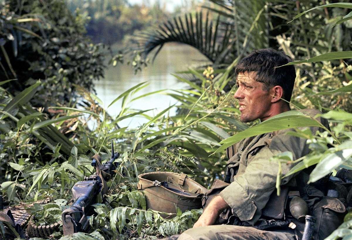 Американский солдат Рик Холмс из 173-й воздушно-десантной бригады на боевой позиции