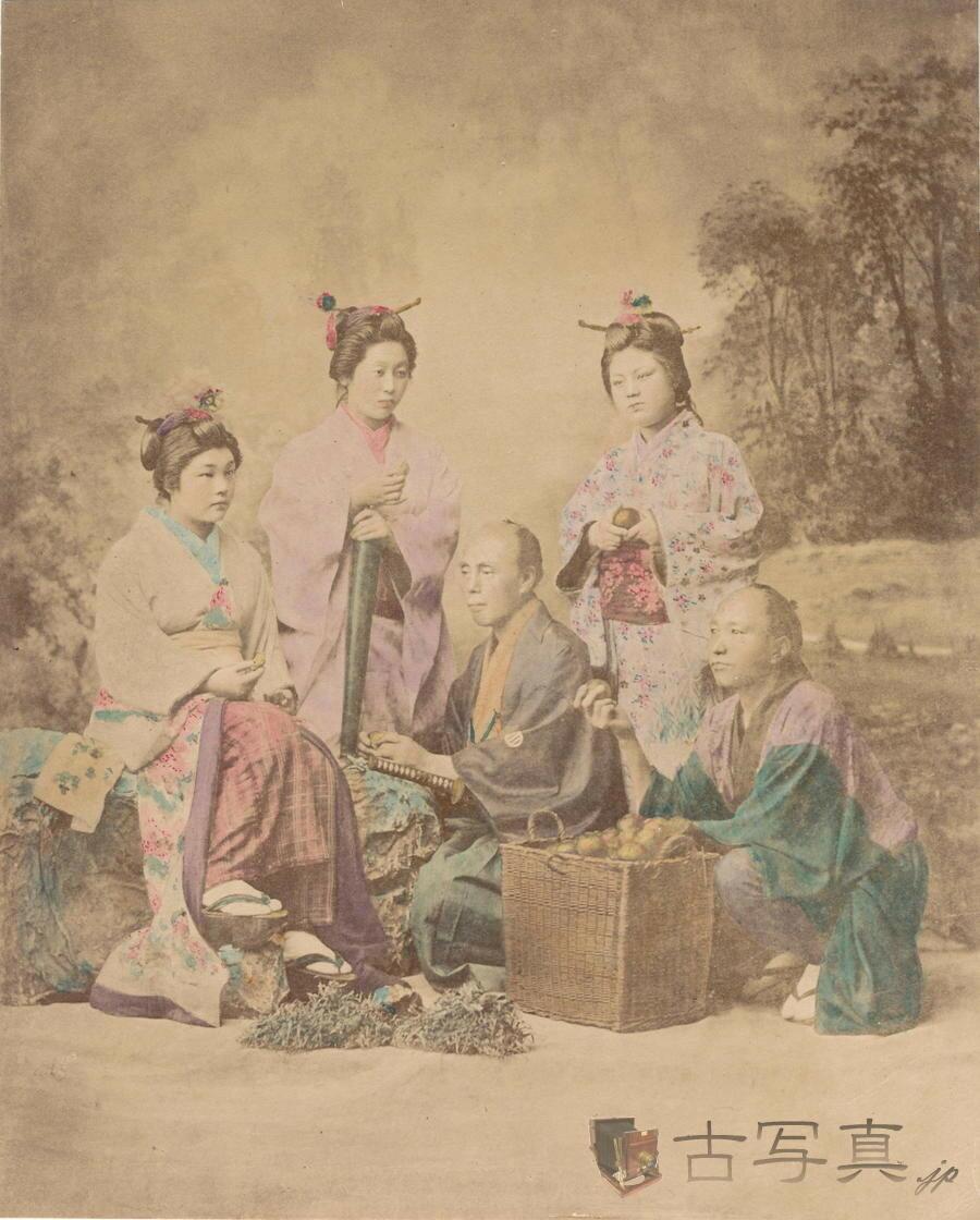 Самурай в окружении женщин
