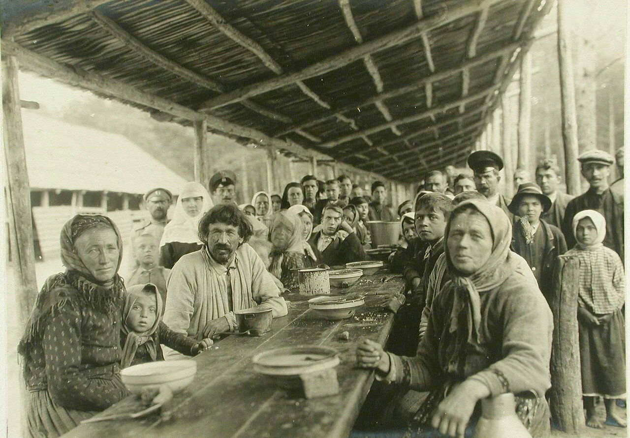 Группа беженцев во время обеда на станции. Местечко Шубково, Волынская губ. 1914