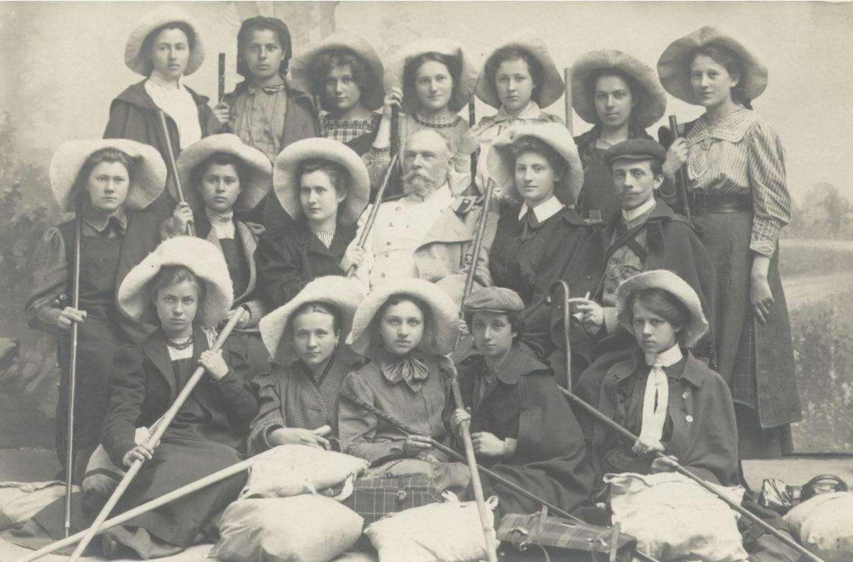 Леон Барщевский в окружении девочек из школы дочерей на экскурсии в горы Святого Креста (1907)