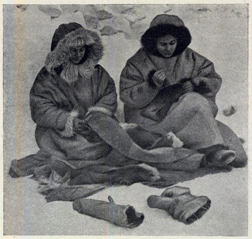 Женщины шьют рукавицы из брезента
