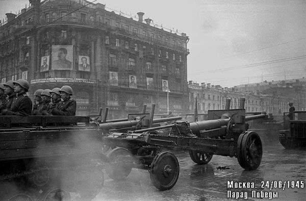 """Артиллеристы и их пушки у гостиницы """"Националь"""" готовятся въехать на Красную площадь"""