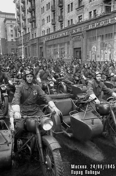 Мотоциклисты в начале ул. Горького (Тверской)