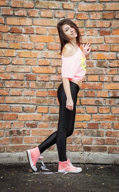 Девчонка в футболке с окрытым плечом