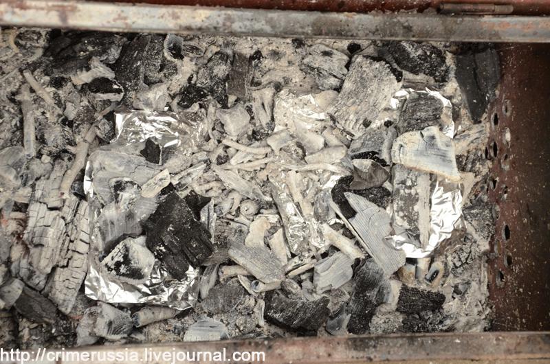 свертки с картошкой в углях