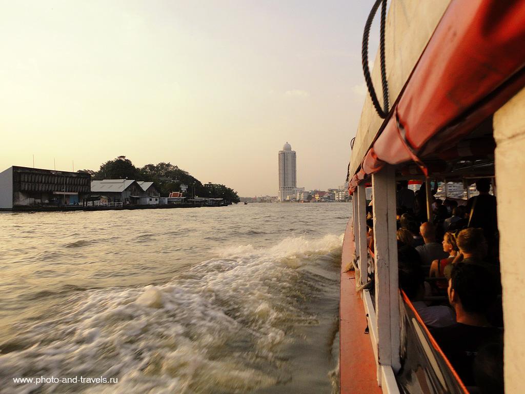 В Бангкоке основной транспорт для передвижения: метро и речные трамвайчики.