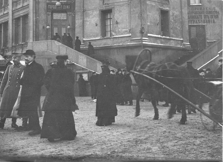1906. Вид на вход в Городскую думу, где находилось городское избирательное собрание Спасского участка по выборам в Первую Государственную думу
