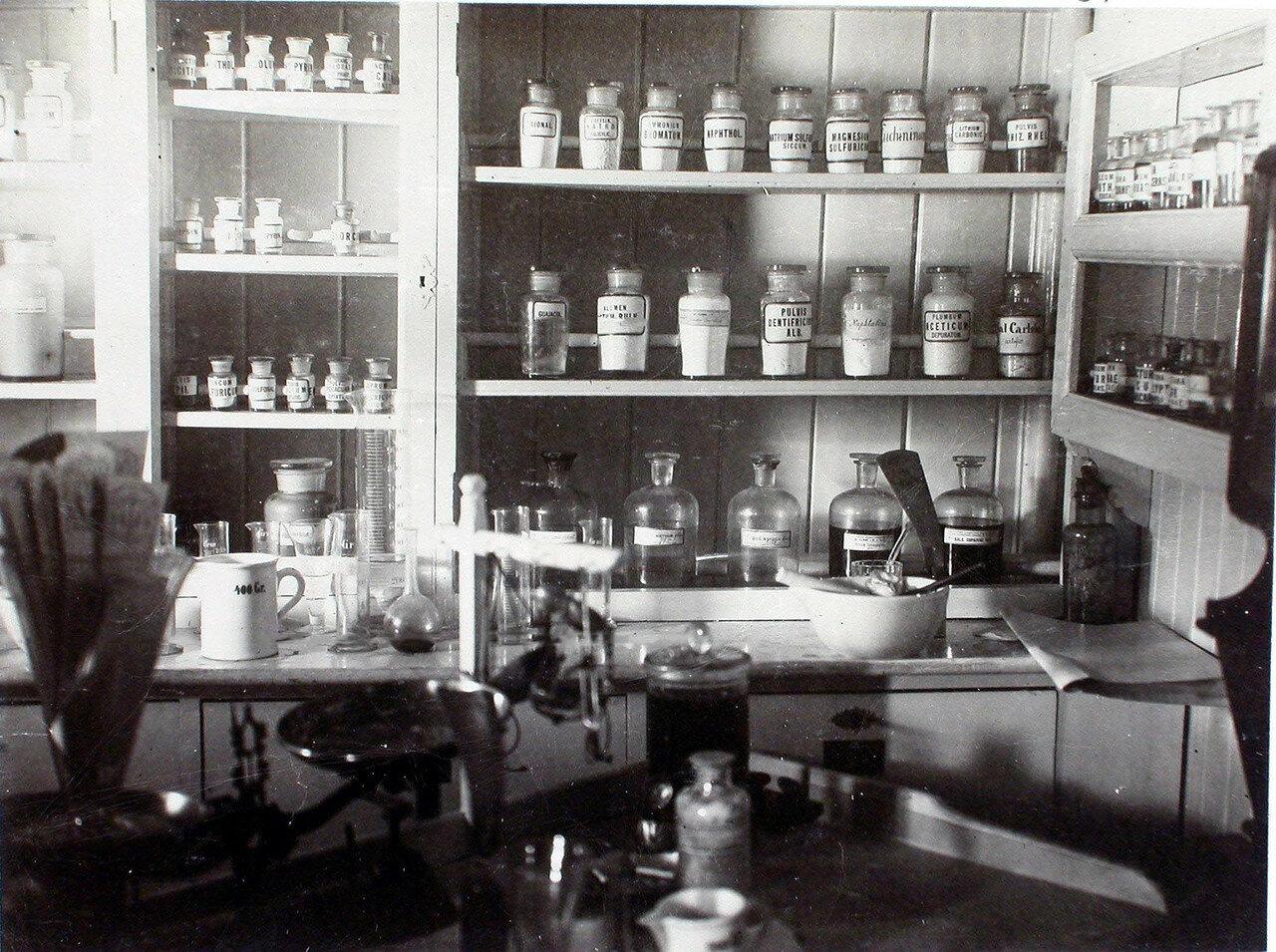 29. Внутренний вид аптеки. 1901