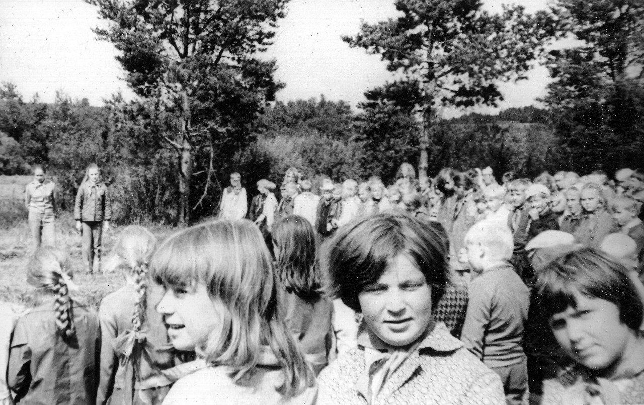 1975. Пионерский лагерь  «Дзержинец». Лагерная линейка