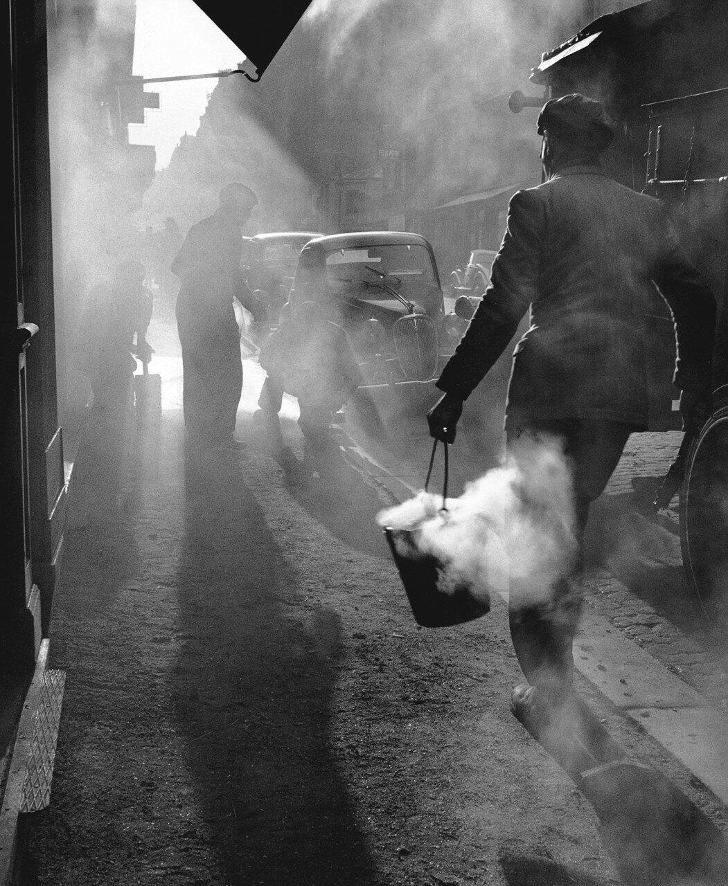 1948. Goudronnage d'un trottoir