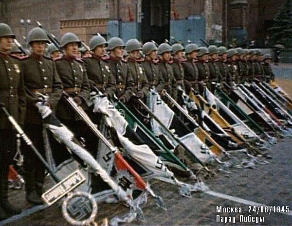 Знаменосцы с трофейными фашистскими знамёнами у Спасской башни