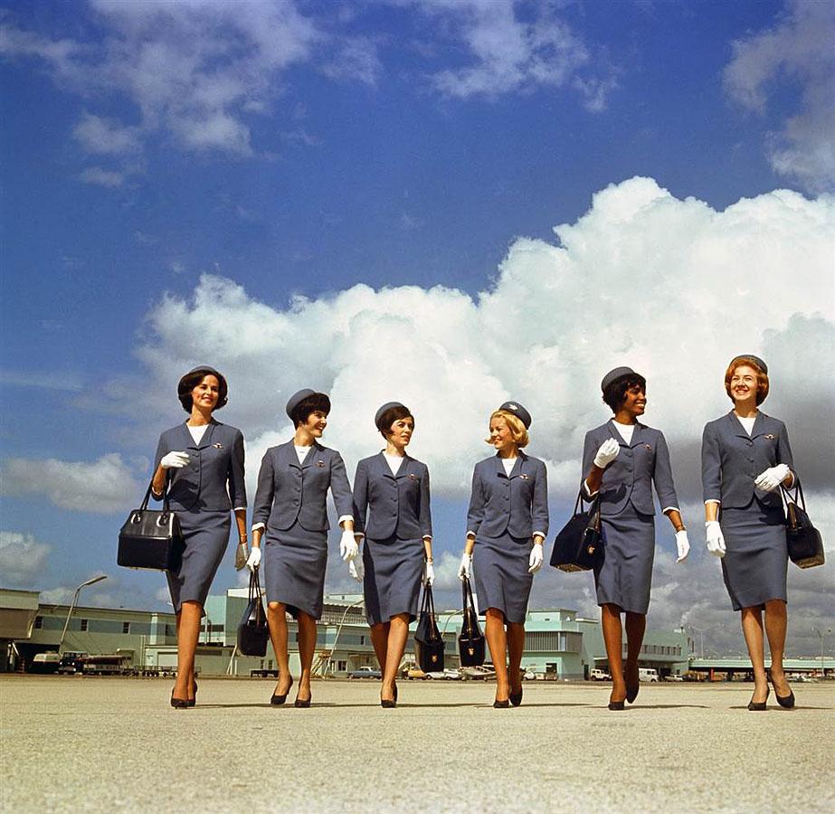 Группа стюардесс демонстрирует зимнюю форму авиакомпании «Delta» в период с 1965 по 1968 годы. (Delta Air Lines).jpg