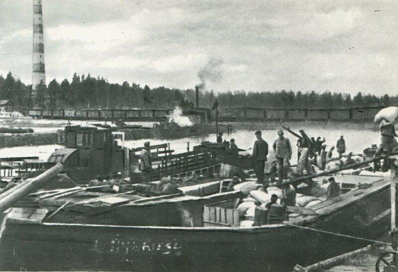 Разгрузка баржи в порту Осиновец