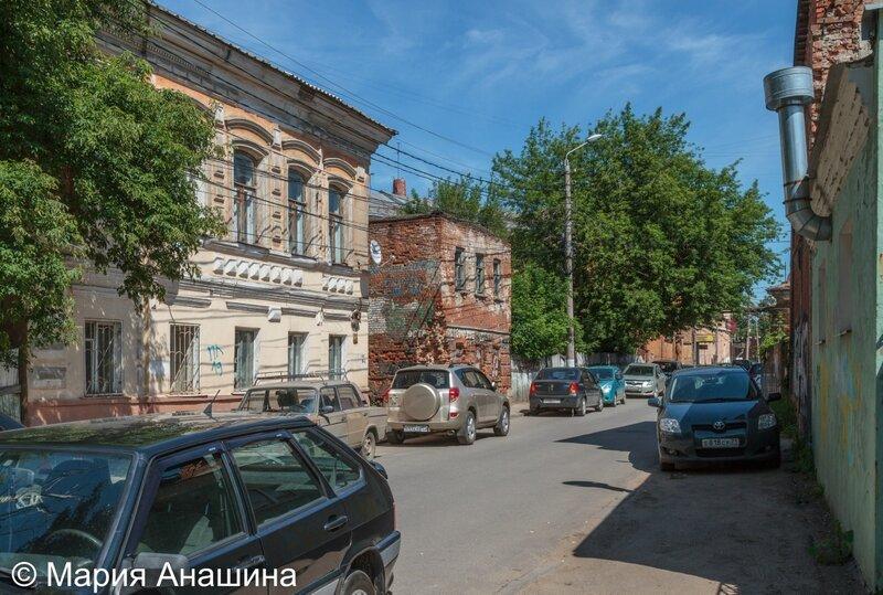 Полуразрушенные старинные дома в Денисовском переулке