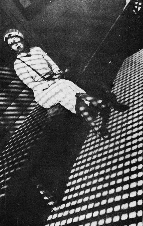1933. Девушка с лейкой