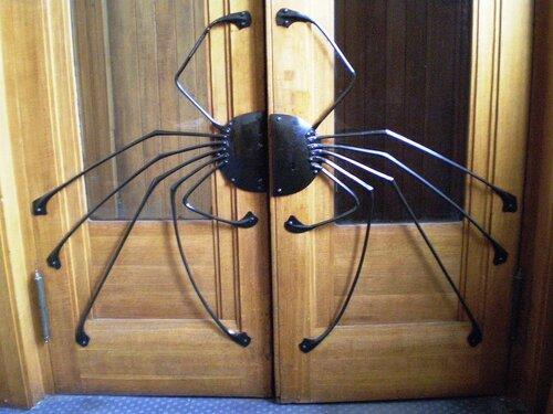 2.Входная дверь в прихожей особняка Дерожинской