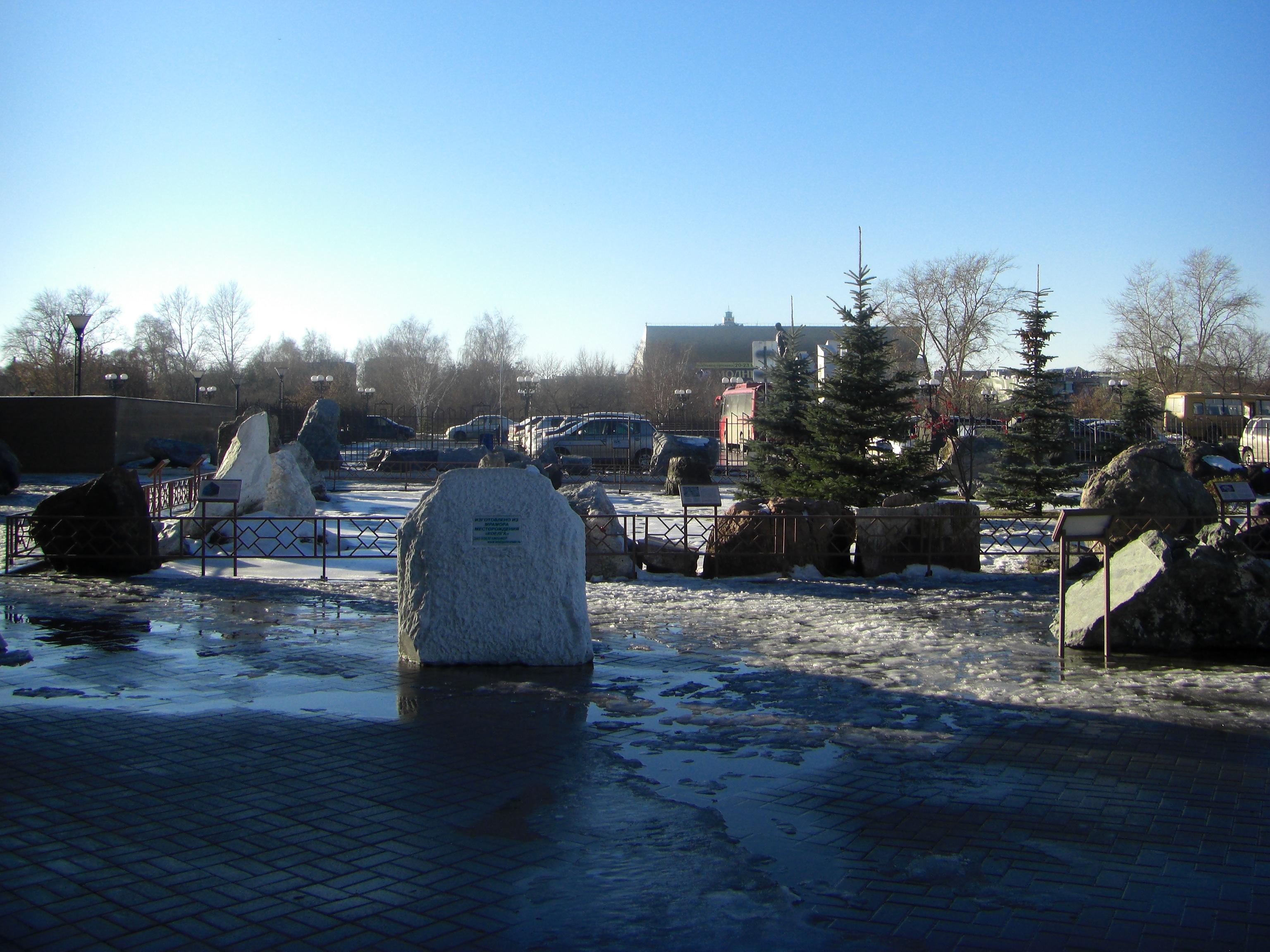 Прогуливаясь по набережной, можно заглянуть в Сад камней около краеведческого музея (10.11.2014)