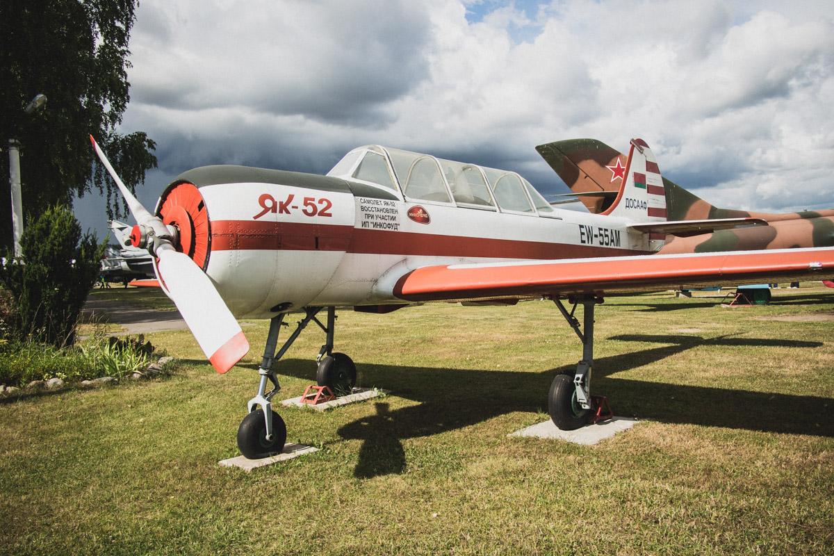 Учебно-тренировочный самолет Як-52. Разработан в середине 40-х. На таком самолете впервые в небо сам
