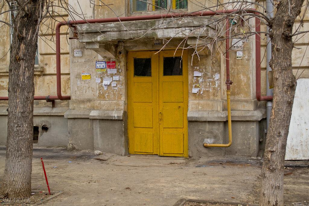Старые двери в подъезд