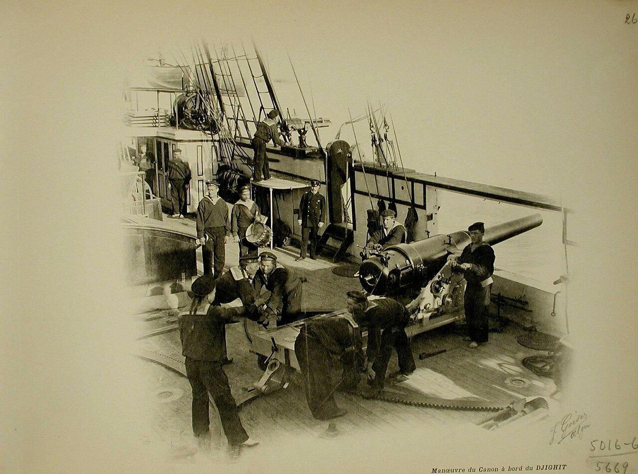20. Матросы на палубе корабля «Джигит» во время артиллерийских учений