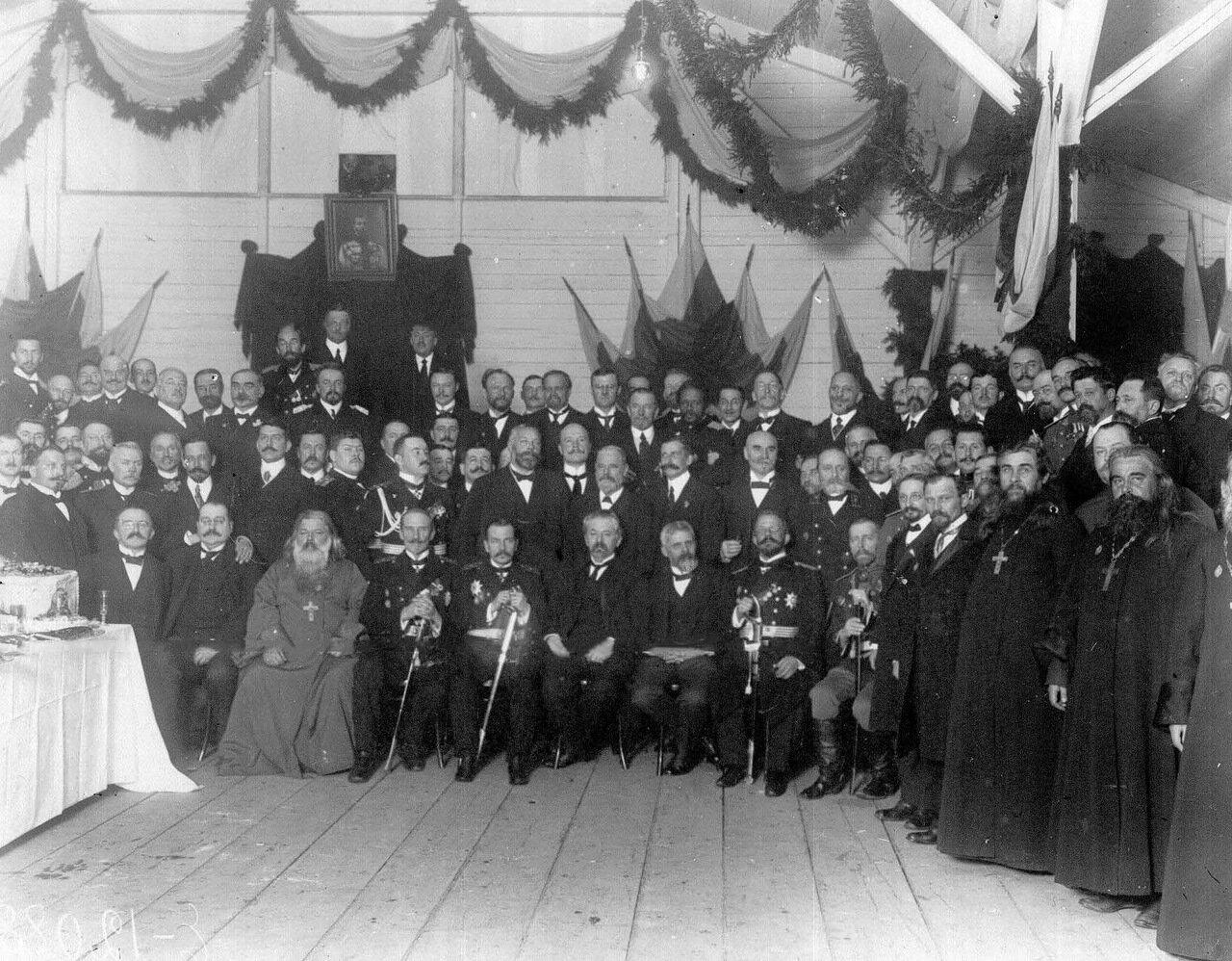 41.Группа инженеров, сановников и священнослужителей после спуска на воду спасательного судна Волхов
