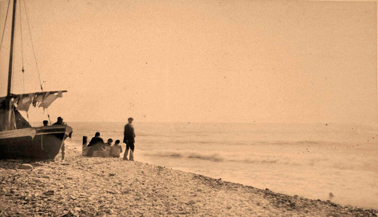 67. Группа местных жителей у лодки на берегу перед выходом в море