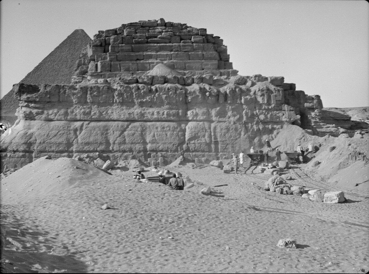 Четвертая пирамида. Обнаружена доктором Селим-бей Хасаном. 1934
