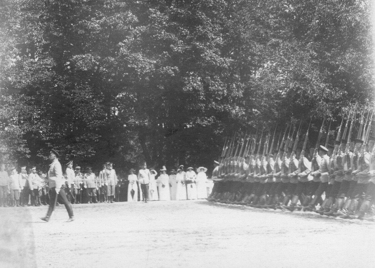 31. Солдаты полка проходят церемониальным маршем на параде мимо императора Николая II. Петергоф. 29 июня 1913