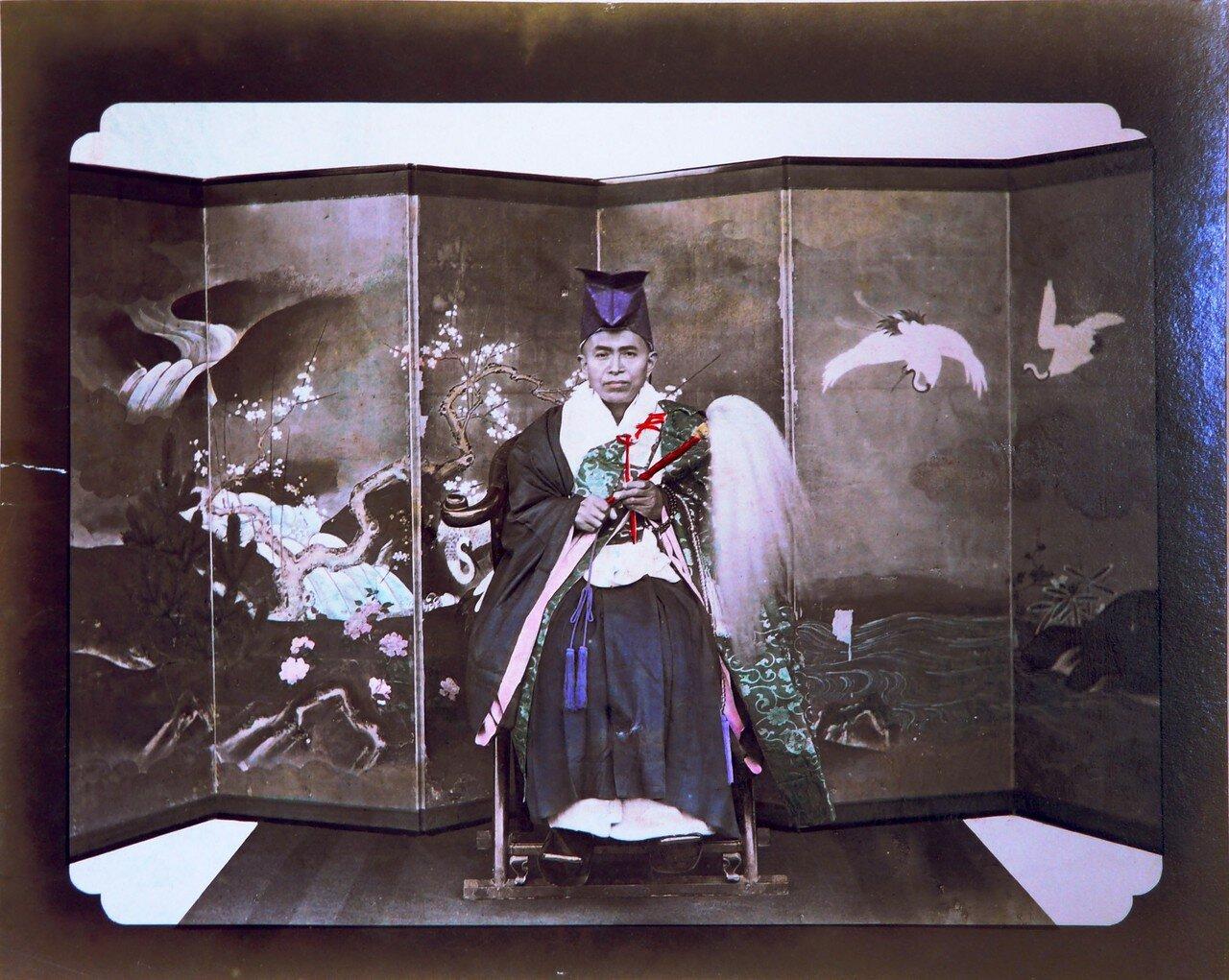 Портрет знатного японца на фоне ширмы
