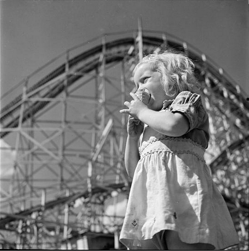 1946. Парк развлечений Палисейдс. Девочка ест мороженое