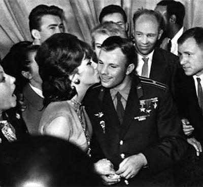 Юрий Гагарин с детьми.