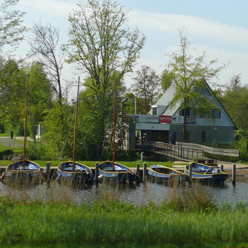 Каналы - это неотъемлемая часть не только Амстердама но и всей Голландии, при повышения уровня моря, таким образом осуществлятся непотопляемость берегов, вода с помощью мельниц (в старину) перекачивалась в глубь страны.
