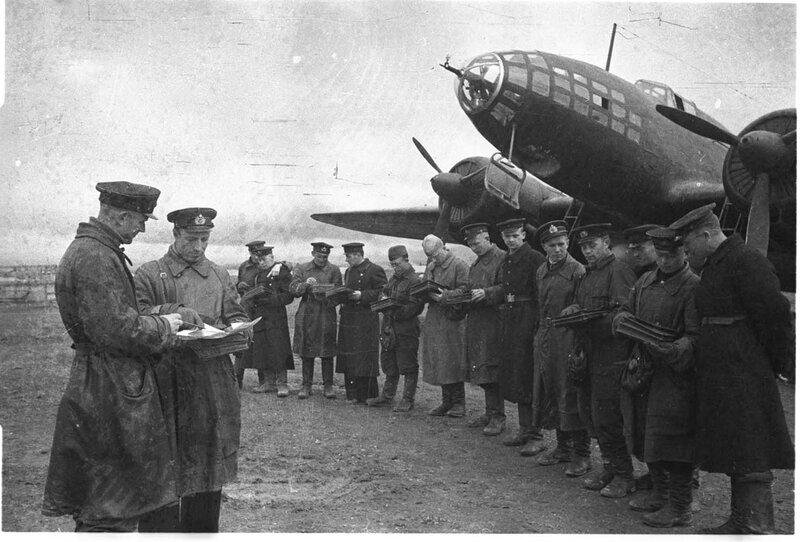 Построение личного состава 2-й эскадрильи 5-го гвардейского МТАП (ВВС Черноморского флота) у торпедоносца Ил-4.