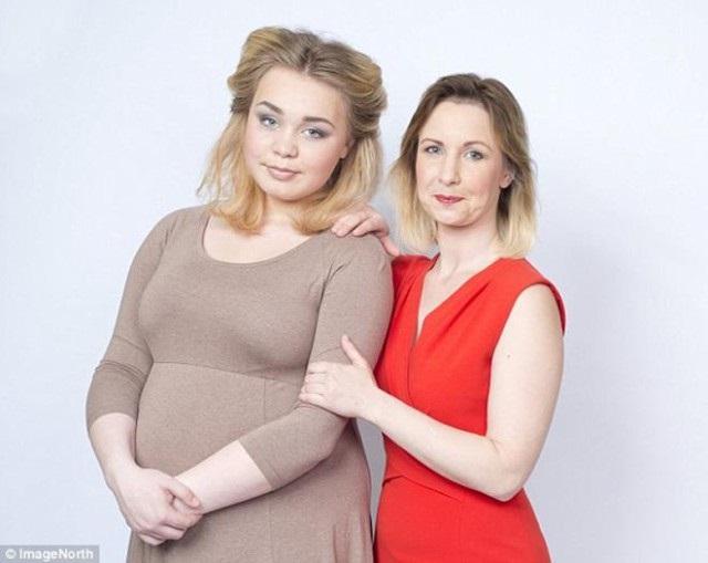 Корри Роуленд — самая молодая бабушка Великобритании
