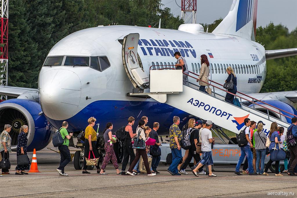 Посадка пассажиров на рейс Трансаэро из Барнаула в Москву