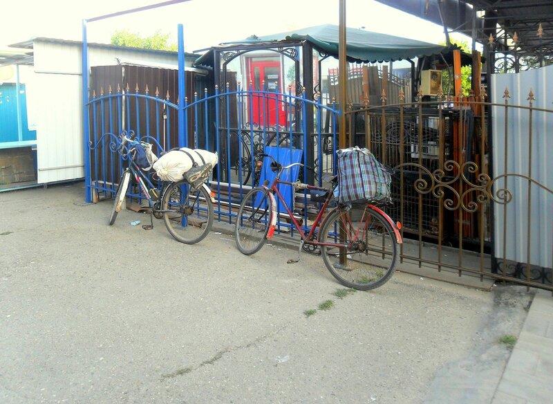 У ограды, в августе, велопробег, на дорогах Кубани. 2014 год