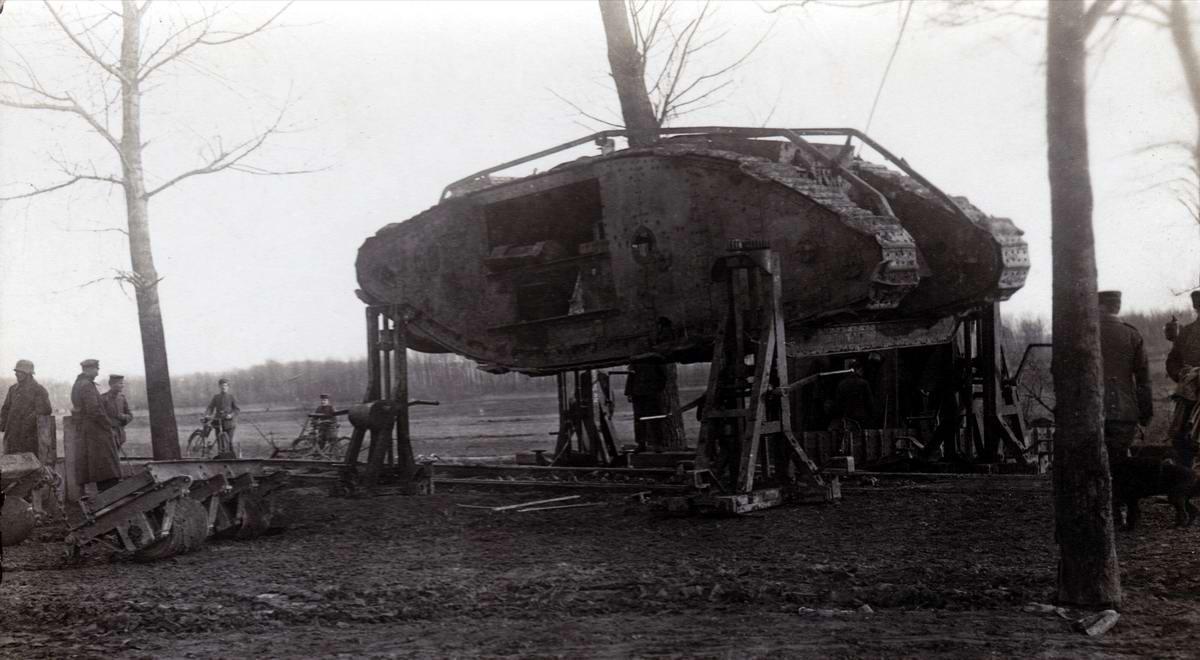 Военные техники германской армии занимаются ремонтом трофейного британского танка MKIV в условиях полевой мастерской