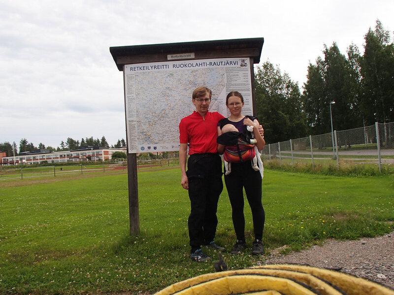 мы на фоне щита со схемой маршрута E10 в Руоколахти (Ruokolahti)