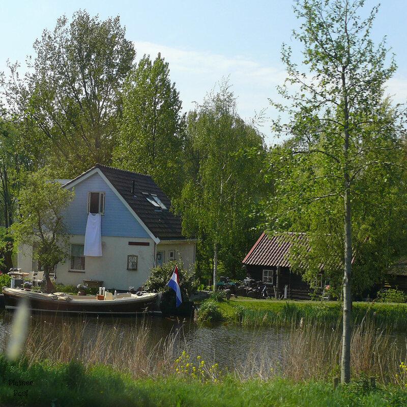 Типичный домик, типичных голландцев - на берегу канала, с лодкой....