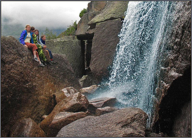 Группа у Драконьего водопада