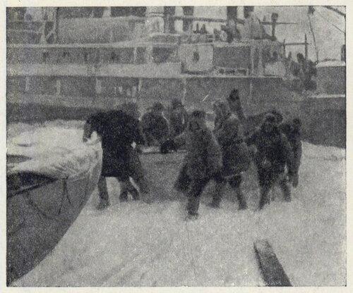 """13 февраля ледяным валом был разорван левый борт """"Челюскина"""". Началась выгрузка всех аварийных запасов."""