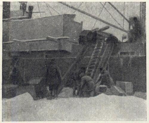 """Трещина образовавшаяся за кормой """"Челюскина"""" 1 декабря привела к вынужденной погрузке лагеря обратно на корабль"""