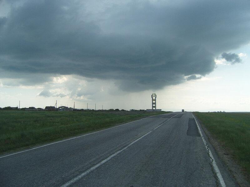 выкатили на М-17 перед Приморским, дождик где-то впереди...