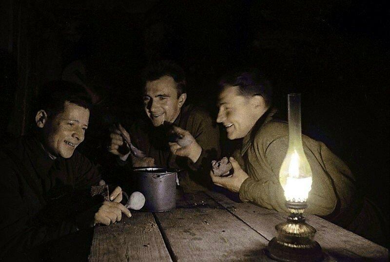 Бойцы на отдыхе ночью у котелка. Северо-Западный фронт. Смоленская область. Фото 1 октября 1941 года..jpg