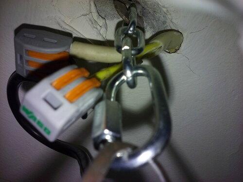 Срочный вызов электрика аварийной службы в квартиру по поводу срыва люстры с потолка
