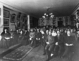 Группа членов пожарного общества в зале общества слушает лекцию (слева сидит императрица Александра Федоровна).