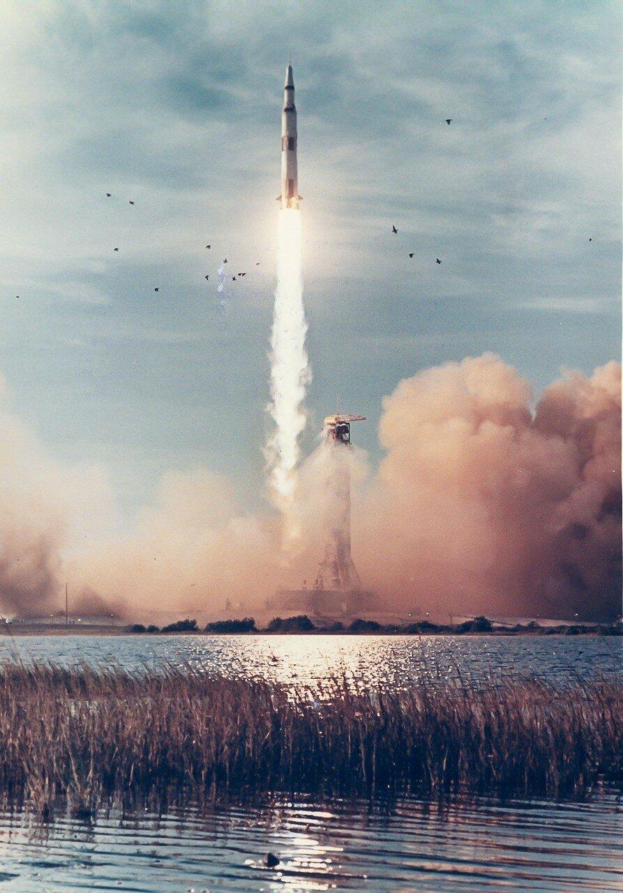 1968, 21 декабря. Старт «Аполлона-8».  В ходе полёта люди впервые достигли другого небесного тела, Луны, и вышли на её орбиту. Полёт ознаменовал начало новой эры в исследованиях космического пространства и в истории человечества